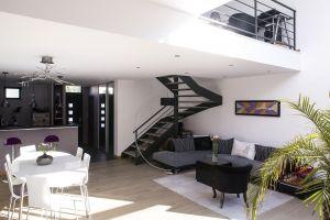 maisons avec vide sur s jour ou toit cath drale groupes. Black Bedroom Furniture Sets. Home Design Ideas