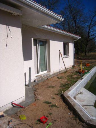 terrasse bois pose d 39 une structure entre une maison et une piscine. Black Bedroom Furniture Sets. Home Design Ideas